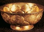 A Tang-dynasty gold bowl with lotus petal carving unearthed in Xian